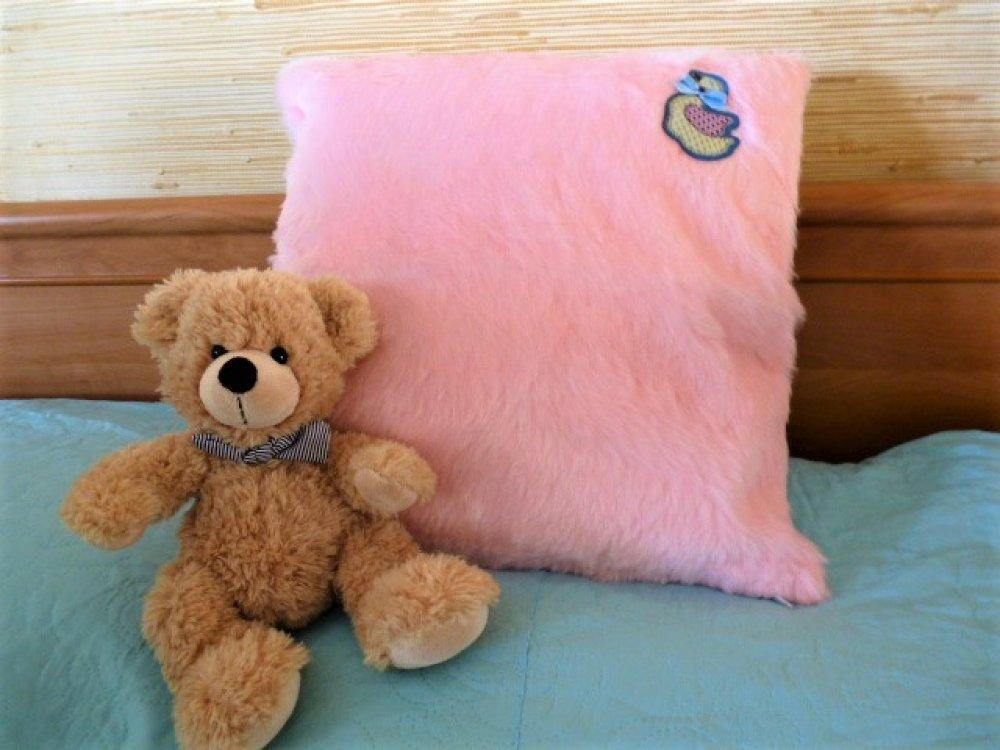 housse de coussin pour chambre enfant 40 x 40, faite main, modèle unique fourrure synthétique rose, petite oie blanche, dos polaire blanc