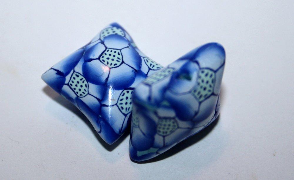 Perles polymère fleuries ton bleu forme coussins  / La paire