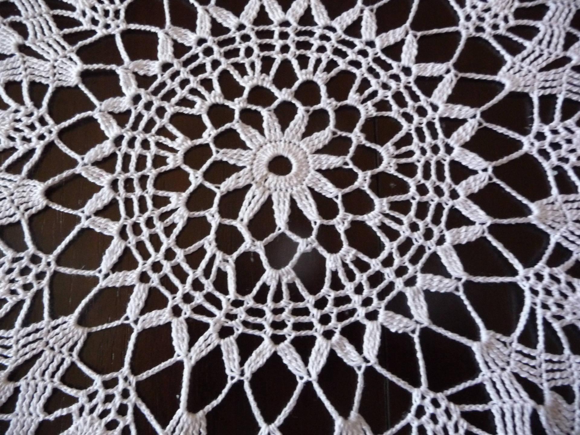 Napperon au crochet fait main en coton  blanc.