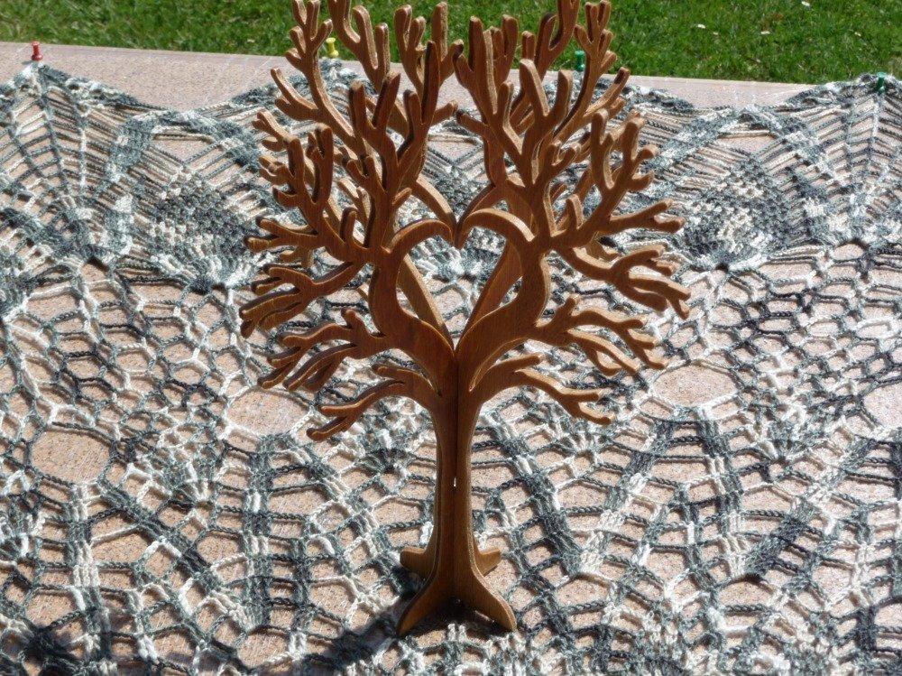 Petit arbre bois vernis incolore motif cœur .