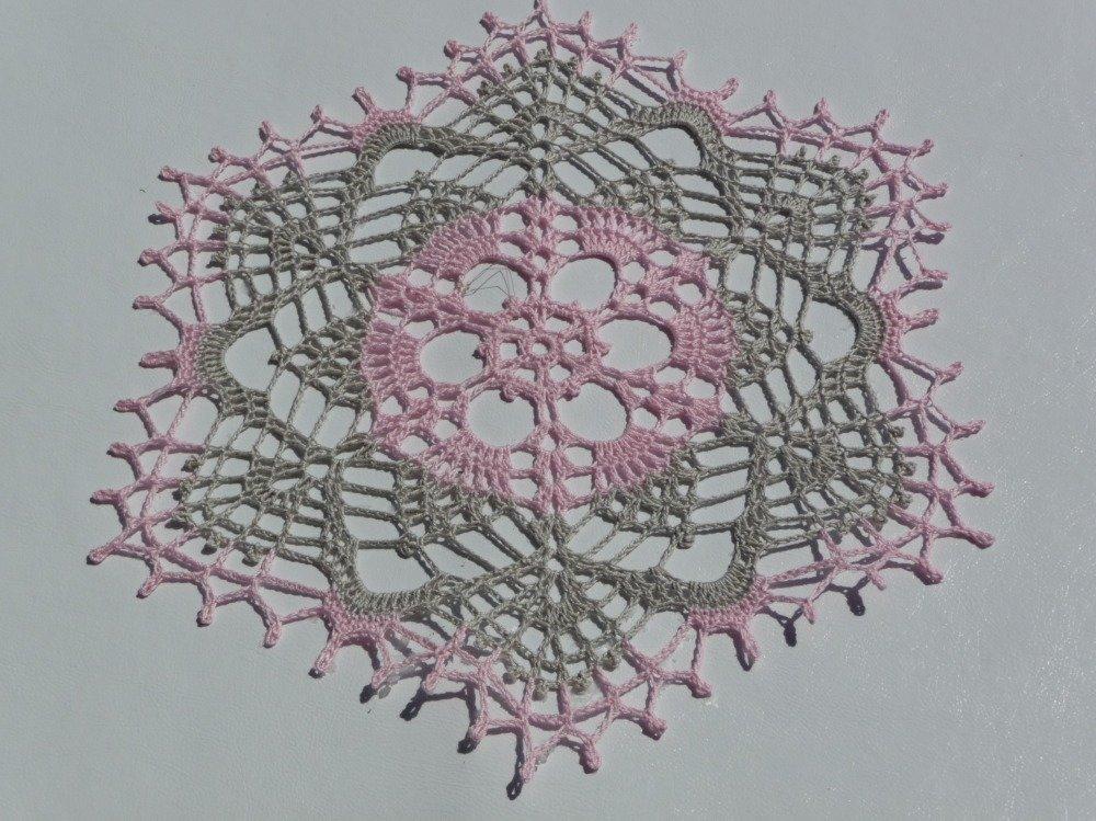 Napperon fait main au crochet en coton gris et rose .