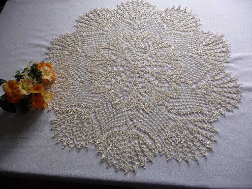 Grand napperon en coton écru, 67 cm, au crochet fait main .
