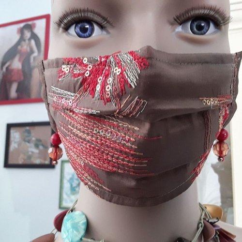 Masque féminin couleur chamois brodé rouge et argent avec boucles d'oreilles