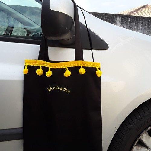 Sac satin noir avec un logo en simili noir brodé madame en jaune citron