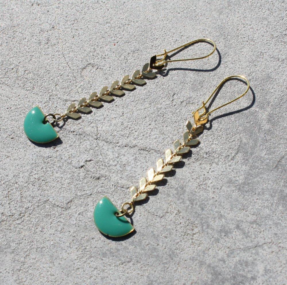 Boucles d'oreilles sequin émaillé bleu vert turquoise laiton doré sur dormeuses demi-cercle chaîne maille épi style antique
