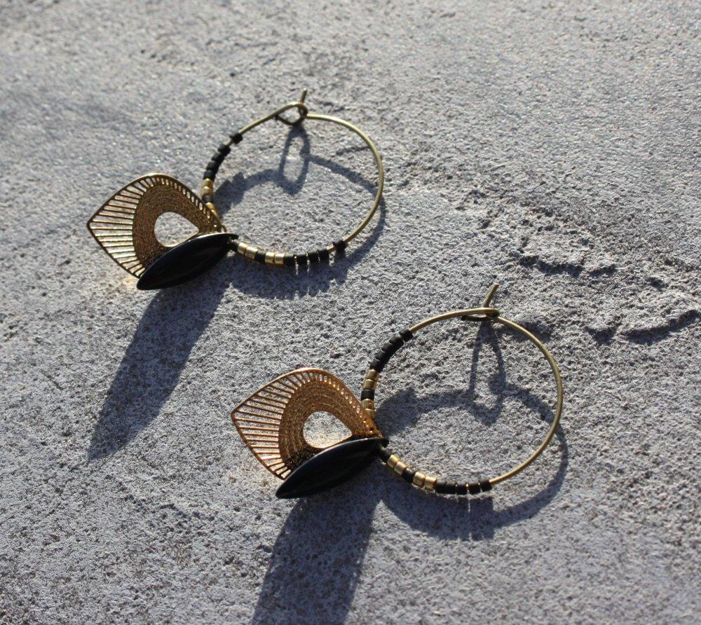 Boucles d'oreilles noir, doré, créoles bronze antique, sequin émaillé, perles miyuki, breloque estampes gouttes ethnique
