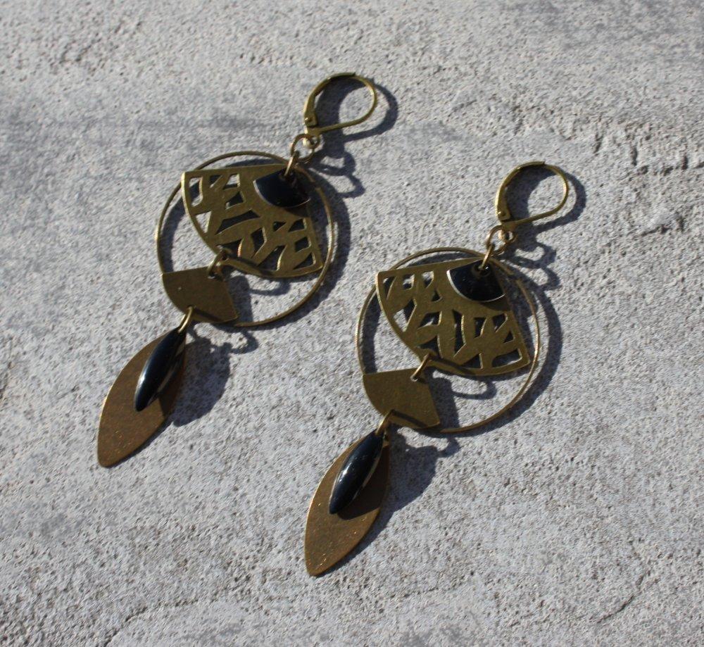 Boucles d'oreilles noir, dormeuses bronze antique, sequin émaillé, breloques éventail, plume ethnique, bijou femme fait main
