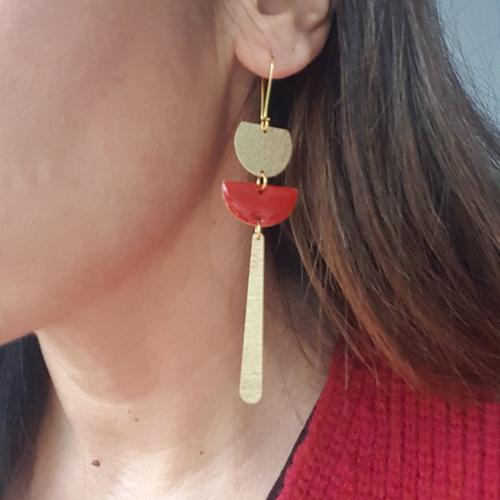 Boucles d'oreilles rouge dormeuses laiton doré antique, sequin émaillé demi-cercle