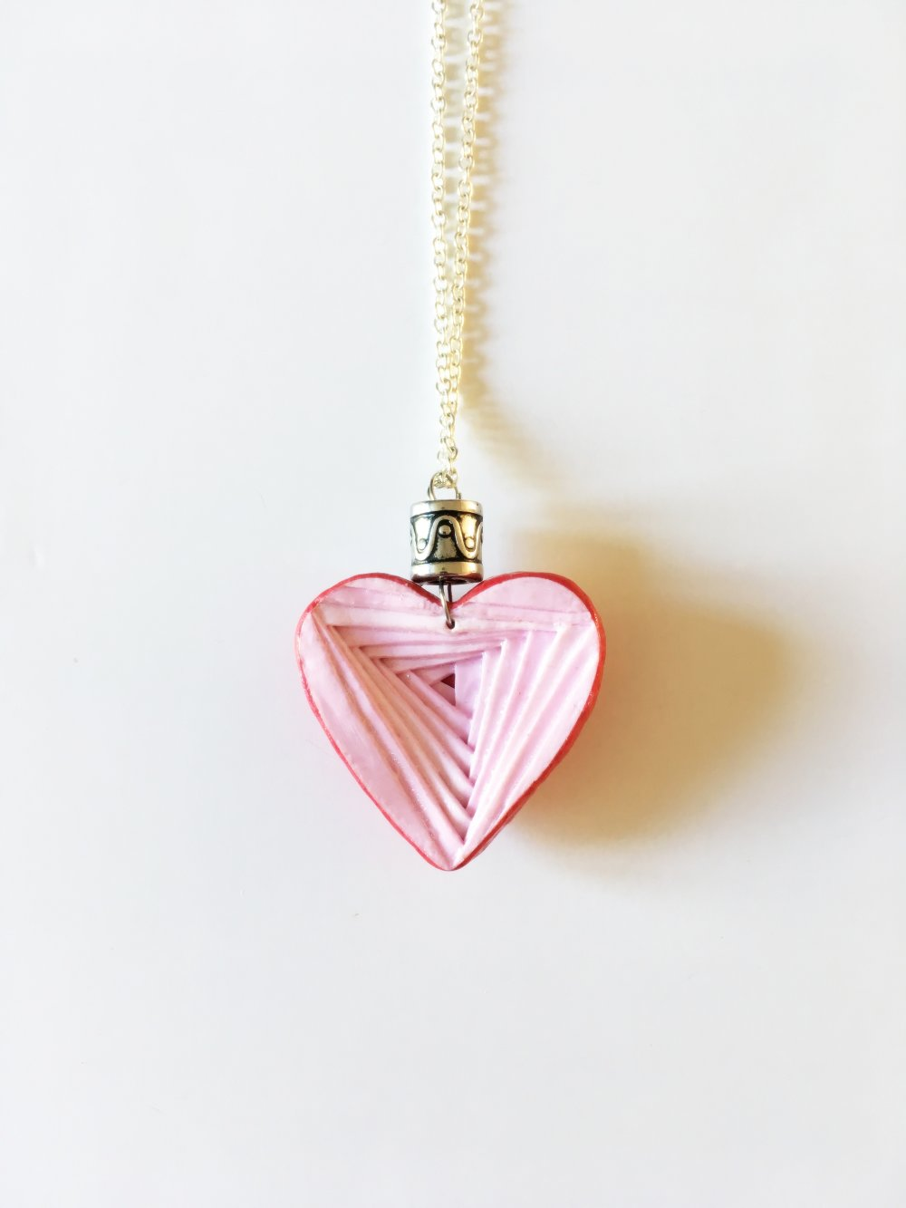Collier Fimo cœur rose façon pyramide inversée