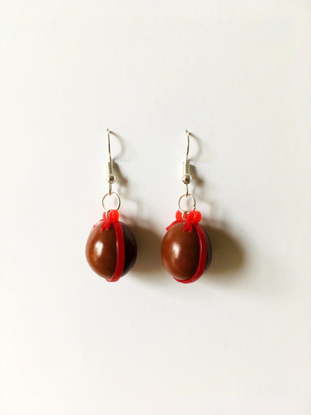 Boucles d'oreilles Fimo œuf de Pâques au chocolat et son nœud rouge