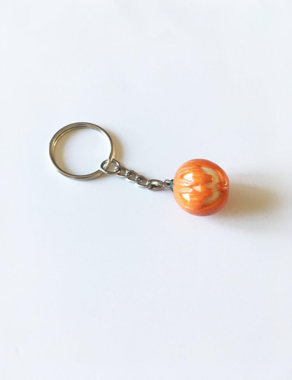 Porte-clés Fimo Halloween tête de citrouille phosphorescente