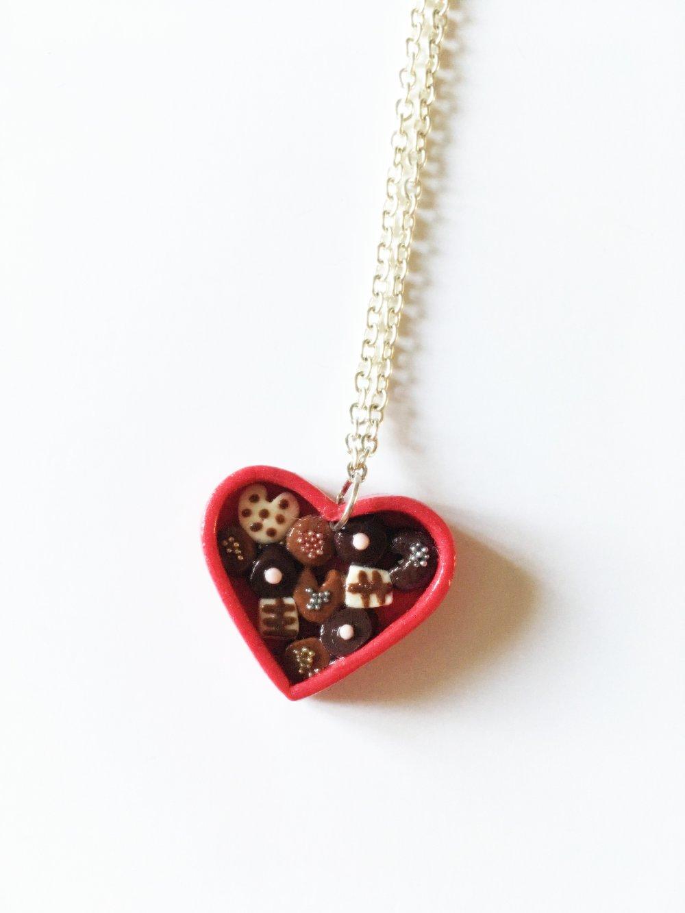 Collier Fimo boîte de chocolats en forme de cœur