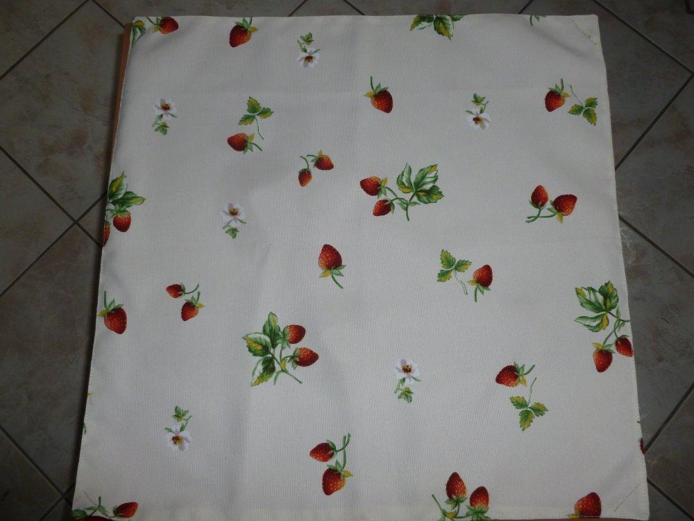 SAC transporte tarte,pizza ou gateau en tissu parme imprimé de fruits rouges  avec une anse