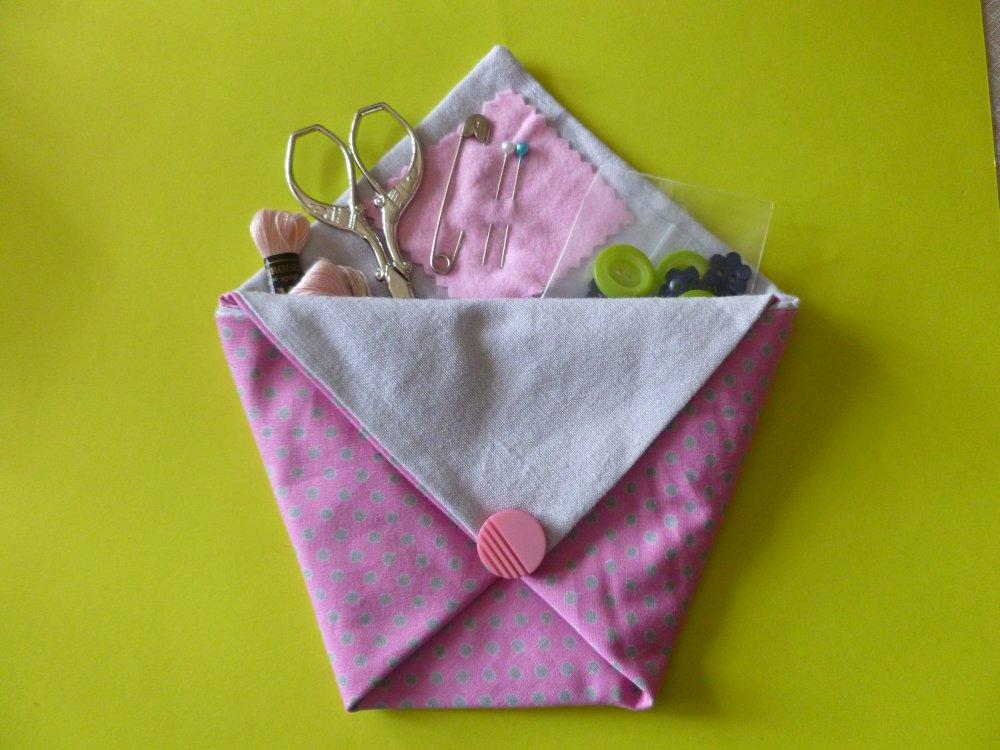 nécessaire à couture en tissu  rose imprimé de pois gris (moyen) pour les vacances