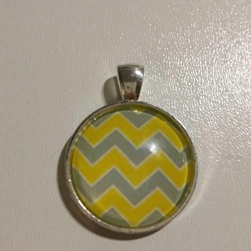 Médaille métal argenté cabochon motifs géométriques