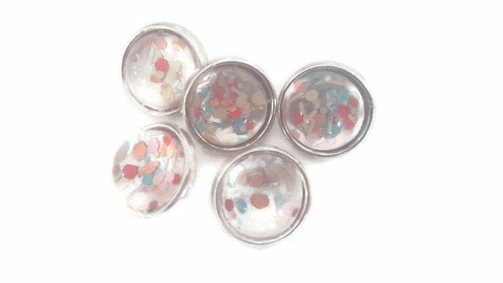 Boutons pression 12mm MINI bleues à confettis multicolores sur fond blanc