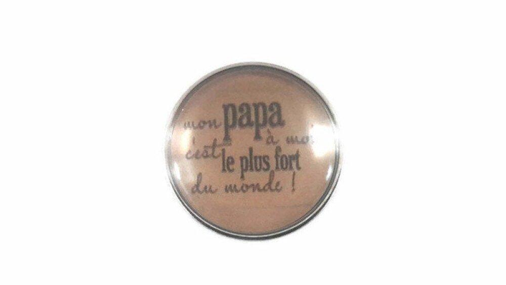 """bouton pression à cabochon de verre 18mm """" mon papa à moi c'est le plus fort du monde  """" eciture noire sur fond beige"""