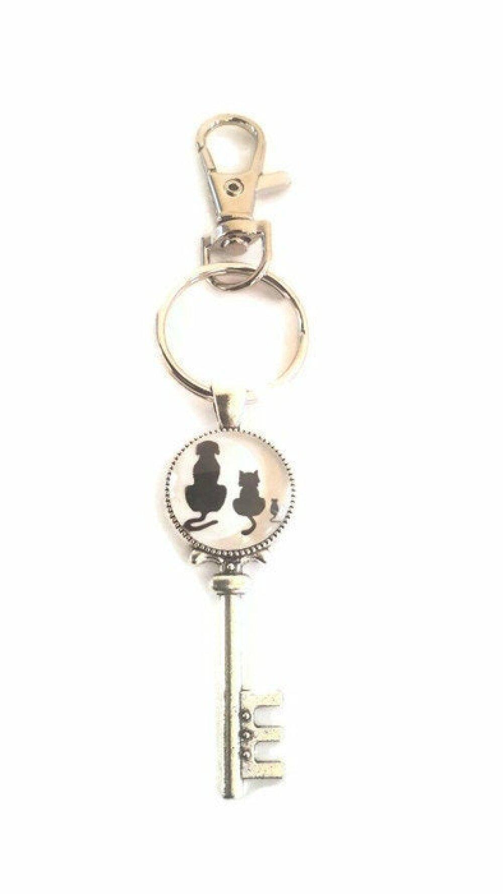 Porte clé à cabochon de verre chien chat et souris  silhouettes noires sur fond blanc