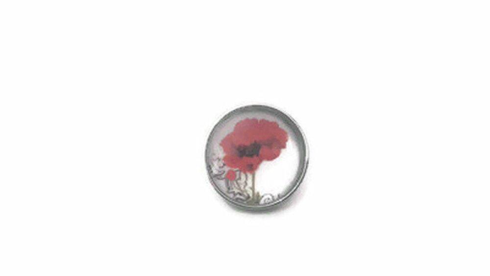 bouton pression à cabochon de verre  fleur de pavot / coquelicot rouge sur fond blanc.
