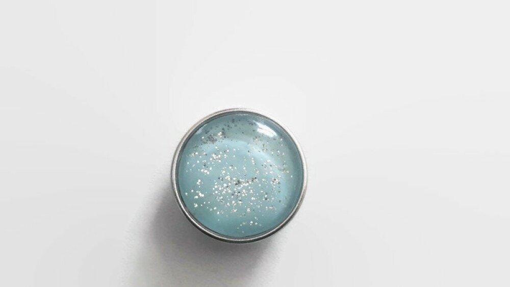 bouton pression à cabochon de verre couleur bleu à paillettes argentées