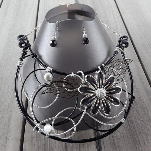 Parure collier plastron et boucles d'oreilles fleuries noir et argenté