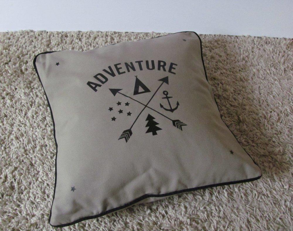 """Housse de coussin coton Taupe message """"Adventure"""" et passepoil noir"""