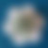 Embellissement fleur genre dahlia , bleue sur rond festonné blanc