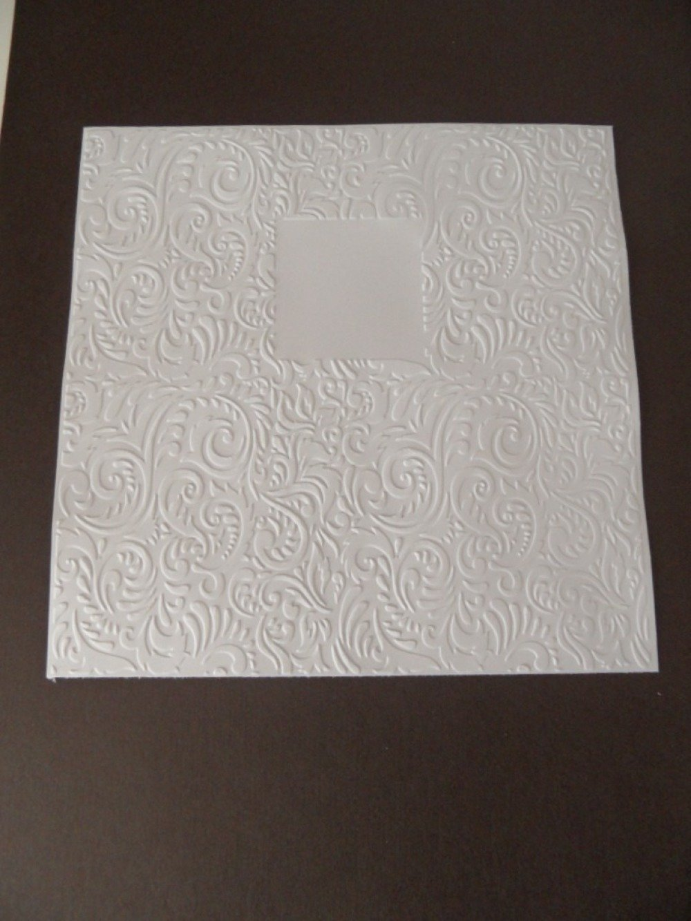Fond de carte embossé  arabesques avec dessin fenêtre