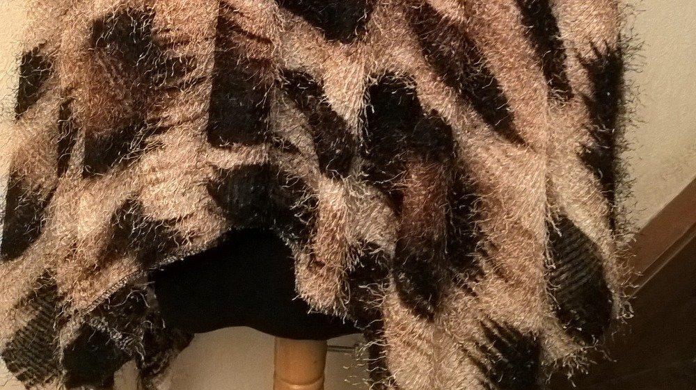 Cape, Poncho en viscose et élasthanne, motif panthère de couleur beige et marron, cadeau femme, fait main