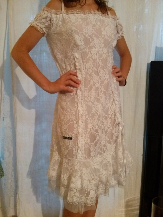 Robe mi longue,à bretelle,en dentelle couleur blanche,robe en dentelle,vêtements femme,vêtements fille,cadeau femme,cadeau fille