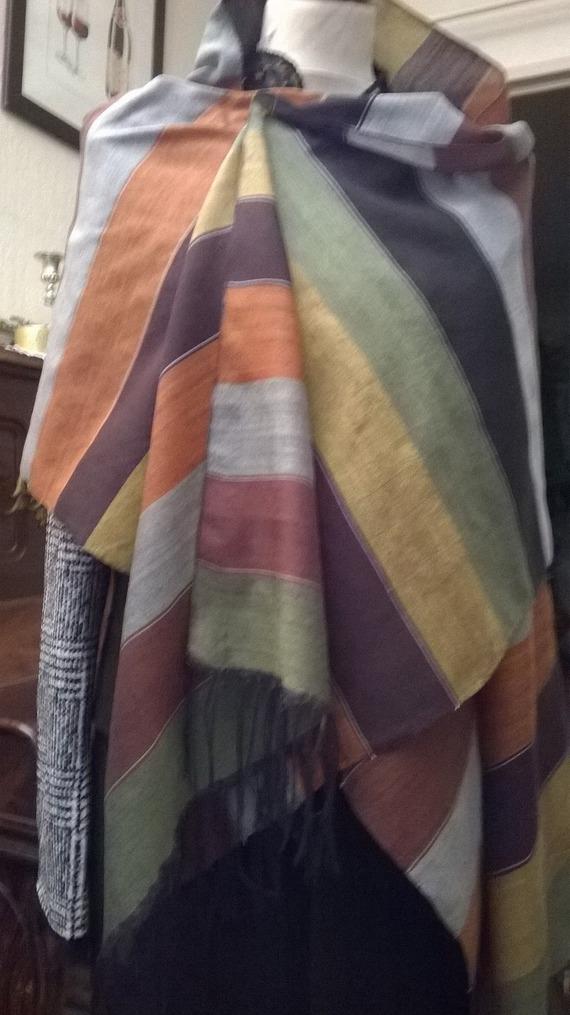 Écharpe faite main sur mesure avec des métiers à tisser artisanaux