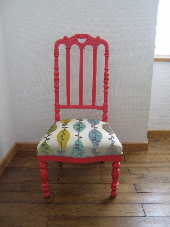 Chaise à nourrice rose et son tissu à feuillage aux tons pastels