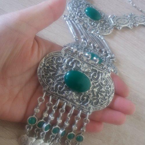 Collier argenté tombant en fleur et grenade, collier pendant arménien avec des pierres de chrysolithe verte