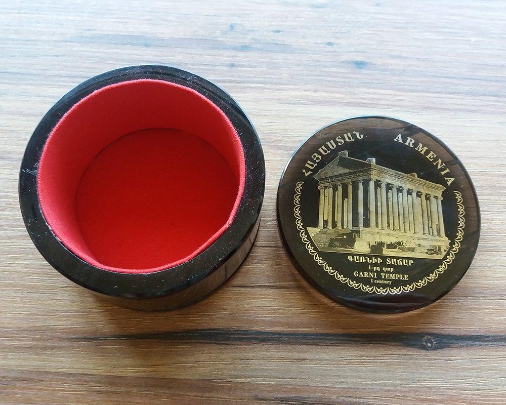 Boîte ronde obsidienne fabriquée en Arménie avec Le Temple de Garni