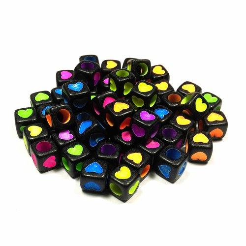 50 perles cube coeur 7 x 7 mm coeurs colorés sur fond noir