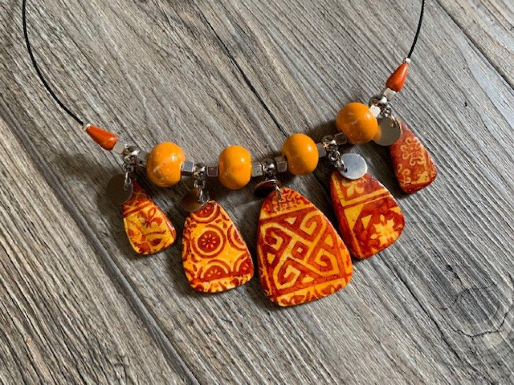 Collier ras de cou imitation céramique brique / orange