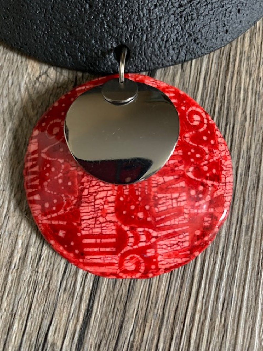 Torque motif ethnique rouge effet batik
