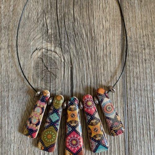 Collier avec motifs carreaux de ciment