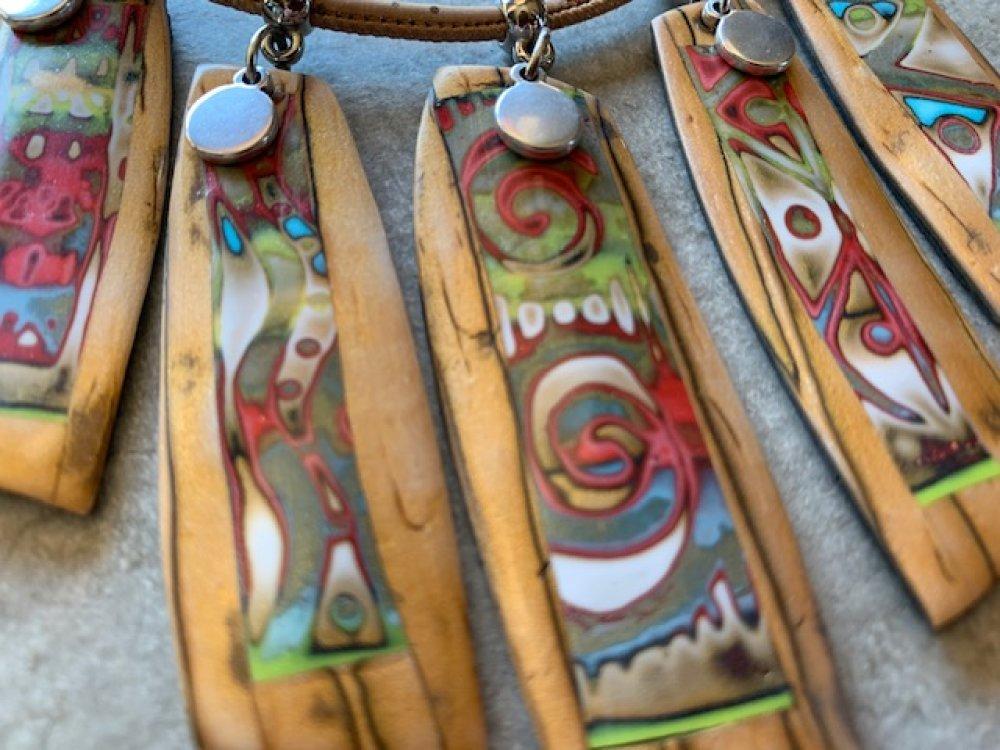 Collier ras de cou effet bois avec insertion colorées  - nouvelle collection