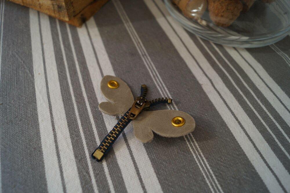Broche libellule fermeture beige et bleu