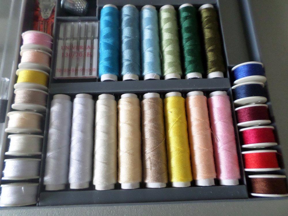 1 boite de 73 pièces 28 bobines de fil+28 canettes assorties 100% polyester+accessoires