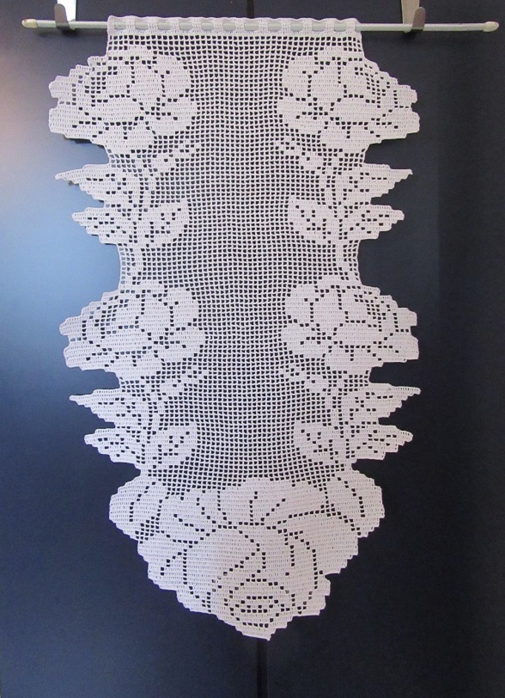 Rideaux voilages brise vue fleurix . Crochet contemporain fait main en coton blanc.