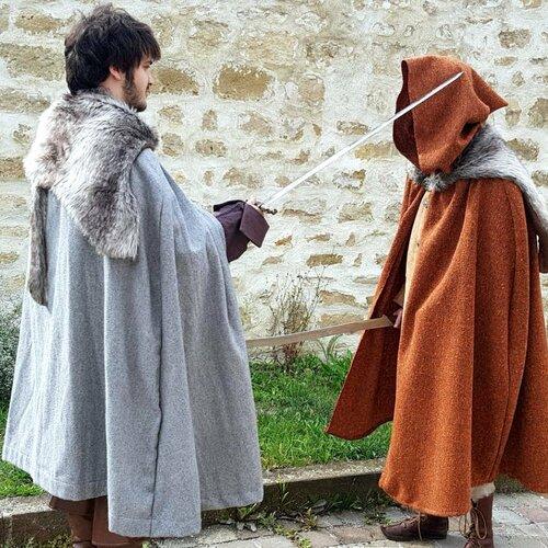 Cape viking en laine grise et fausse fourrure pour homme ou