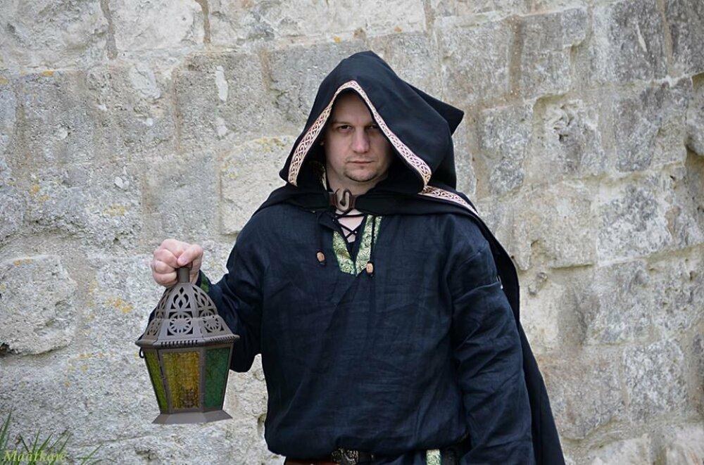 Tunique viking longue en lin noir avec galon motif dragons, pour homme