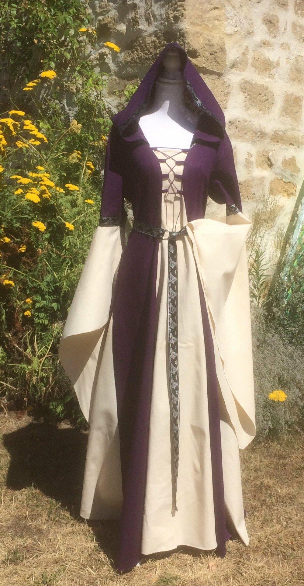 Robe Elfique Femme Violette Et Ecrue Avec Capuche Et Tres Longues Manches Un Grand Marche
