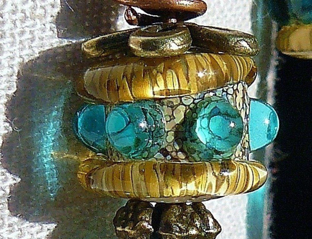 VENDU - Couleur Mer ✿ Boucles d'oreilles bohème, perles et breloques  filées à la flamme, paillettes, bronze  - bleu