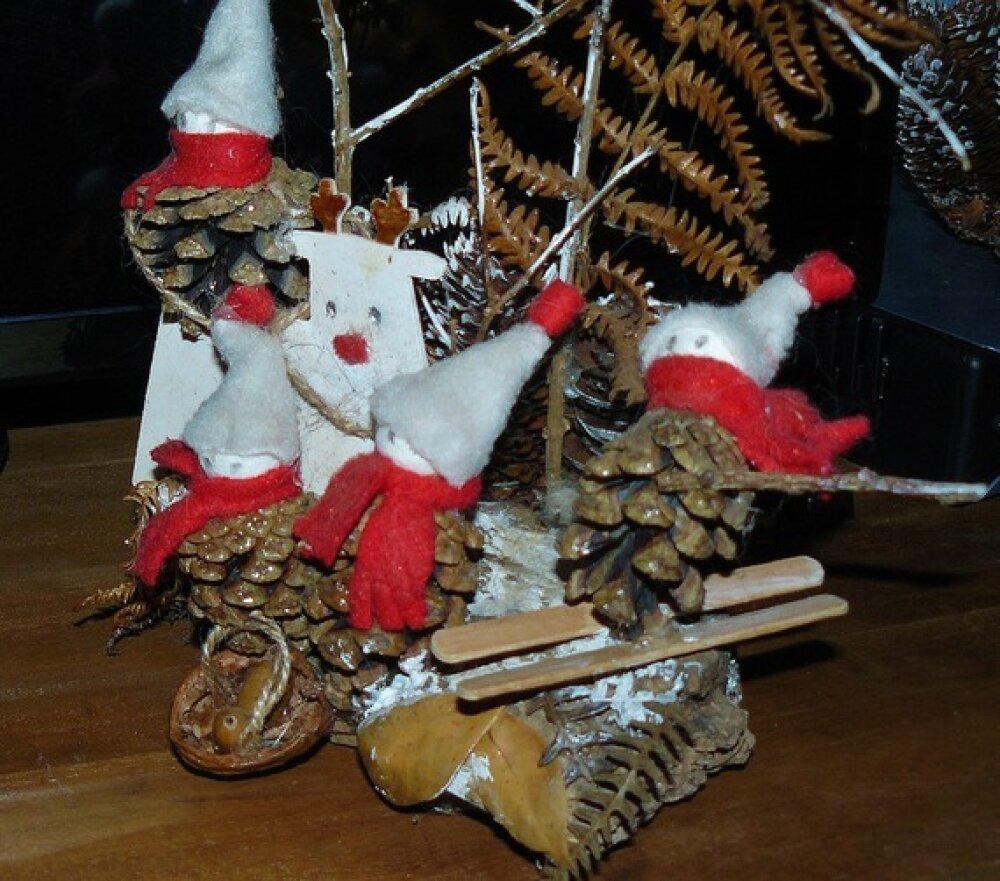 VENDU - Les Lutins de Noël ✿ Décorations de Noël - pommes de pin, paillettes