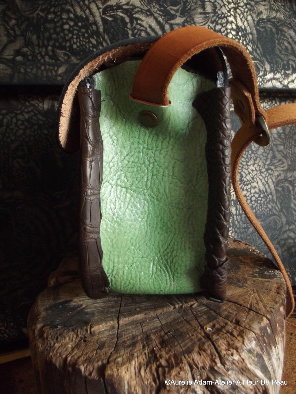 Sac en cuir féerique , en forme de feuille, de couleur verte