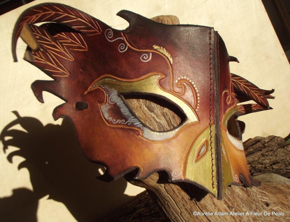 Masque de chouette en cuir décoré.
