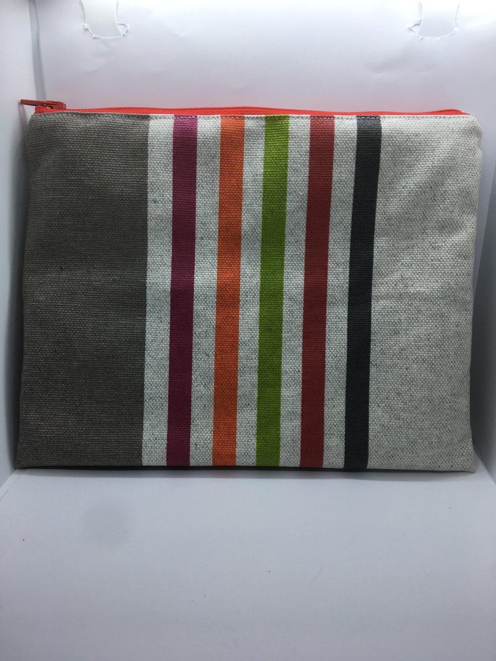 Pochette en tissu enduit aux rayures grise, violette, orange, verte, rouge